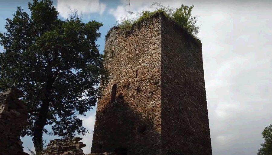 Visite du site médiéval de Castelroc dans le Tarn : là où se trouve le château de La Roque